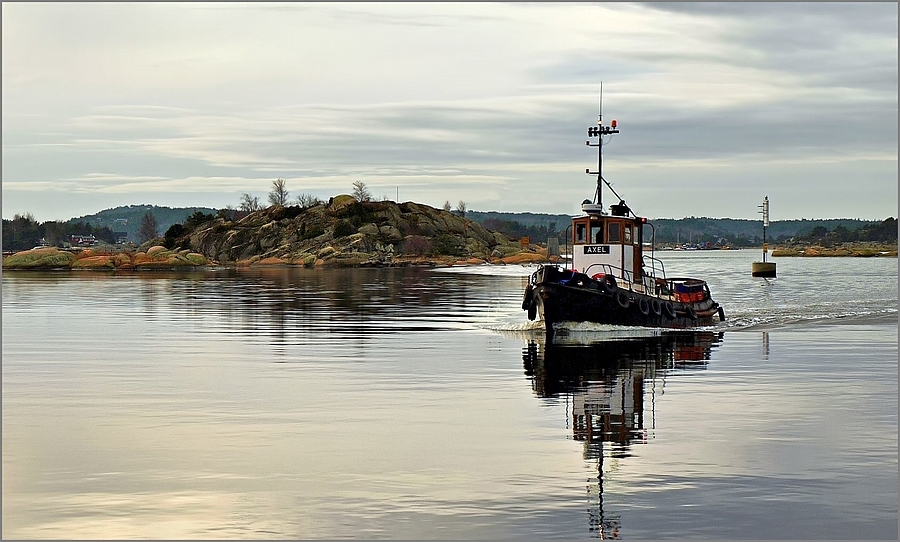 "Tugboat ""AXEL"" coming up the River 