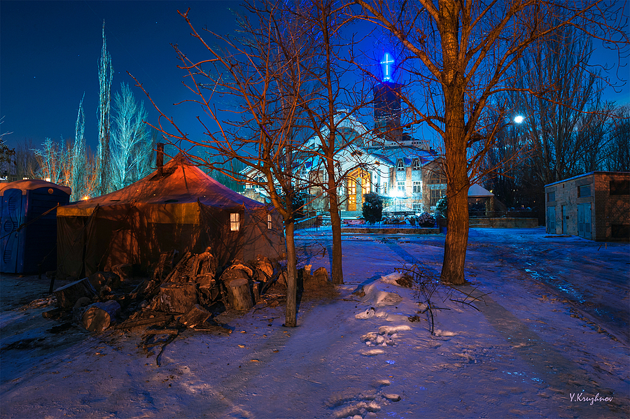 The tent for heating and feed homeless people | NIKON 17-35MM F/2.8 ED-IF AF-S <br> Click image for more details, Click <b>X</b> on top right of image to close
